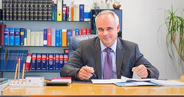 Foto am Schreibtisch Notar Seikel in Eisenberg